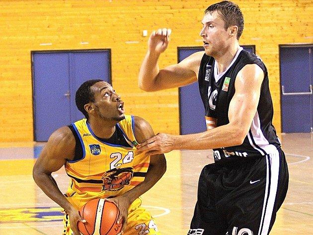 Hradecký Joshua Nofflet (vlevo) v souboji s nymburským Pavlem Houškou.