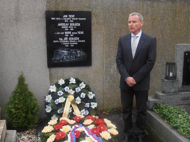 Do rodinné hrobky v Golčově Jeníkově byly uloženy ostatky Jiřího Sedláčka, který byl ředitelem ŽOS České Velenice.