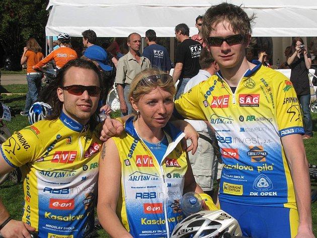 Lukáš Mitas (vpravo) z CK RBB invest vyhrál mezi juniory úvodní podnik Cyklosport Hájek ligy 2009 ve Strmilově. Na snímku je s kolegy z oddílu Ladou Mácovou a Pavlem Váchou.