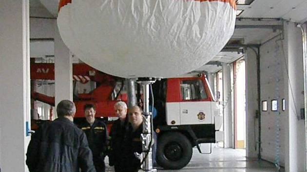 Speciální osvětlovací balon měl na ukázku premiéru při slavnostním křtění nového autožebříku v jindřichohradecké požární stanici.