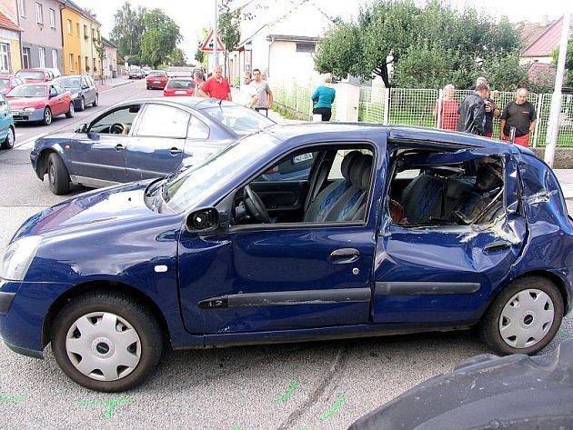 Renault Clio po srážce s traktorem John Deere na křižovatce ulic Rezkova a 9. května v J. Hradci dne 13. srpna 2010.