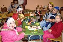 Po ozdobení a rozsvícení stromu se lidé přesunuli do místní klubovny, kde děti vyráběly svícny.
