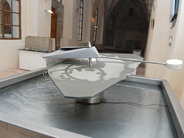 V Muzeu Jindřichohradecka vystavuje do 11. července  kamenné fontány a koláže rodina Svátkových.