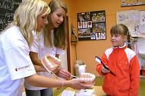 SPRÁVNÉ ČIŠTĚNÍ. Studentky Střední zdravotnické školy v Jindřichově Hradci Monika Péčová a Lenka Mikešová (na snímku) ukázaly dětem správné čištění zubů.