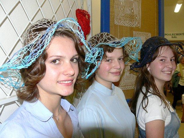 KRAJKOVÉ KLOBOUKY předváděly studentky Základní umělecké školy z Jindřichova Hradce Veronika Slavíková (zleva), Zita Švarcová a Denisa Litenová.