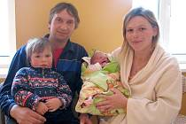 Karolína Karešová z Olšan se narodila 8. února 2012 Leoně Havlíkové a Milanovi Karešovi. Měřila 50 centimetrů a vážila 3 870 gramů. Na snímku je i sestra Lucinka.