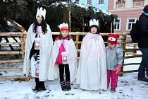 Hradeckým koledníkům u vánočního stromu na jindřichohradeckém náměstí Míru  požehnal českobudějovický biskup Pavel Posád.