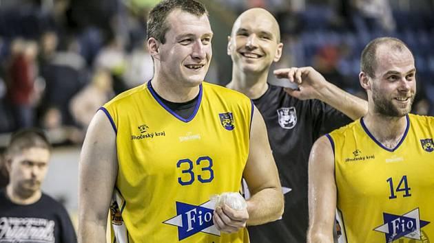 Jindřichohradečtí basketbalisté budou v play off I. ligy spoléhat na trojici zkušených opor Jana Tomance, Stanislava Zuzáka a Martina Baštu (zleva).