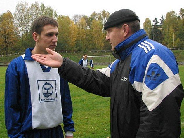 Mladý nadějný fotbalista Chlumu Tomáš Maxa (vlevo) po návratu z dorostu českobudějovického Dynama podává v dresu Jiskry výtečné výkony.