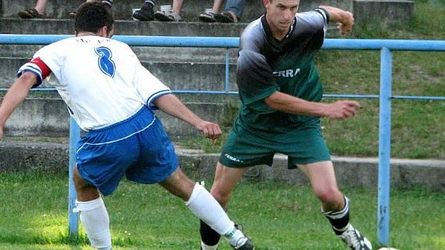 Fotbalisté Slavonic (spolu s Davidem Bártů na smínku vpravo) nezahájili letošní ročník krajské fotbalové I. B třídy vůbec dobře.