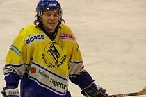Hokejistům jindřichohradeckého Vajgaru se podařilo v přípravě na novou druholigovou sezonu poprvé zvítězit. Na svém ledě zdolali ve středu večer Pelhřimov 7:4 a výraznou měrou k tomu přispěl útočník Roman Cmunt, který zaznamenal tři branky.
