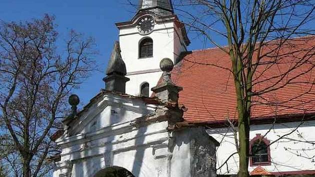 Pohled na lodhéřovský kostel se hřbitovní zdí.