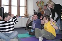 Relaxační cvičení v prostorách jindřichohradecké pobočky  Mesady vede dopoledne Lenka Radkovičová. Její klienti si cvičení velmi pochvalují.