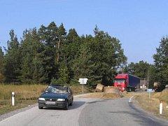 Z vleku traktoru u Dvorů nad Lužnicí vypadl balík slámy přímo na střechu auta jedoucího v protisměru.