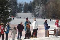 Příznivci zasněžených svahů mohou vyrazit i tento víkend na sjezdovku v Hradišti u Nové Bystřice.