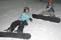 Děti si užívají večerní jízdy na snowboardu v Nové Bystřici