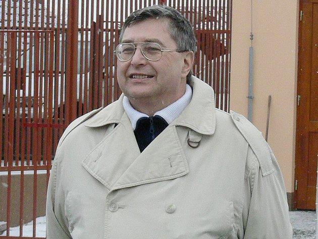 Šéf Sportrelaxu JH Zdeněk Turyna se sice na tomto snímku usmívá, jinak mu ovšem v souvislosti s problémy při pořádání fotbalového Rumového poháru přibývají vrásky na čele.