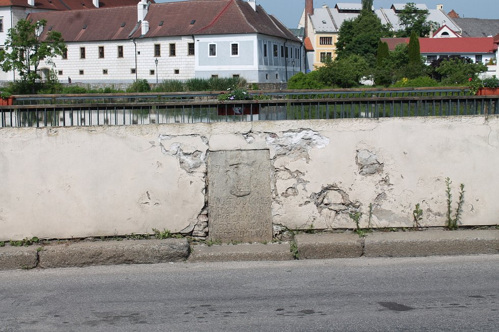 Rozbitá zeď na mostě u Vajgaru.
