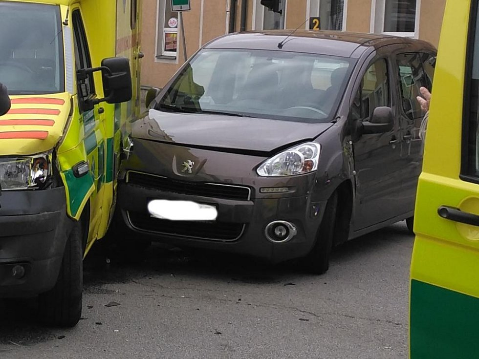Na křižovatce u Kůrků v J. Hradci se srazila sanita s osobním autem.