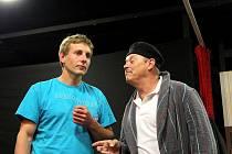 Ochotníci z divadelního souboru J. K. Tyla ve Stráži nad Nežárkou zkoušejí novou hru Brouk v hlavě.