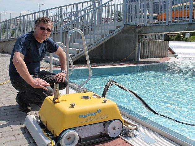 Aquapark v Jindřichově Hradci je připravený. Na snímku je vedoucí plaveckého bazénu Josef Klempa.   areálu Jo