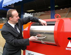 Na snímku ukazuje regionální manager společnosti Asekol Pavel Peroutka, jak vkládat elektroodpad do nových červených kontejnerů.