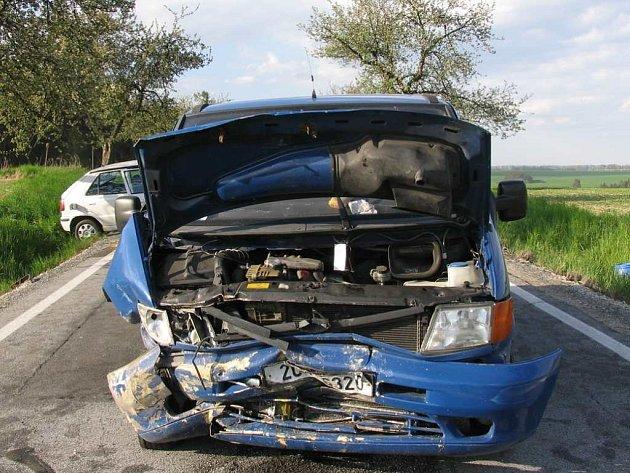 Čelní srážka osobního auta s dodávkou u Slavonic 9. května si vyžádala tři zranění. Příčinou byl mikrospánek.