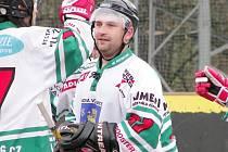 Obránce Nové Včelnice Pavel Vacek se v utkání hokejbalové II. ligy proti Prachaticím střelecky sice neprosadil, ale jeho spoluhráči proti poslednímu celku tabulky rozpoutali střelecké manévry a rozvlnili síť celkem šestnáctkrát.