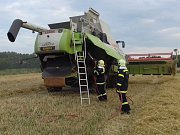Požár kombajnu u Lomnice. Oheň lokalizovali místní dobrovolní hasiči.