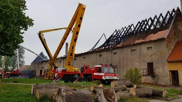 Veliký víceúčelový objekt hořel v sobotu v obci Budeč na Jindřichohradecku. 