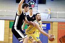 Jindřichohradečtí basketbalisté v baráži porazili Hradec Králové 96:93.