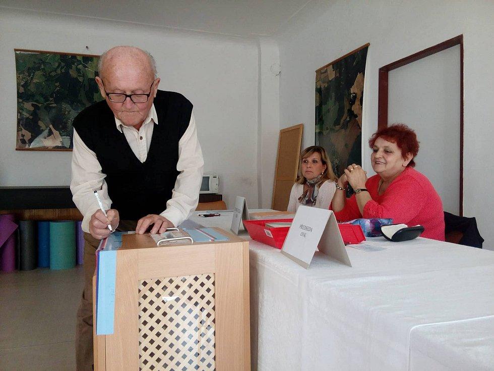 V Blažejově už jsou na voliče připravení.Podepisuje předseda komise Zdeněk Vacek.
