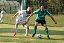Fotbalisté Staré Hlíny (v bílém) si doma bez větších problémů poradili se společným týmem Číměře a bystřického béčka a zvítězili 5:1.