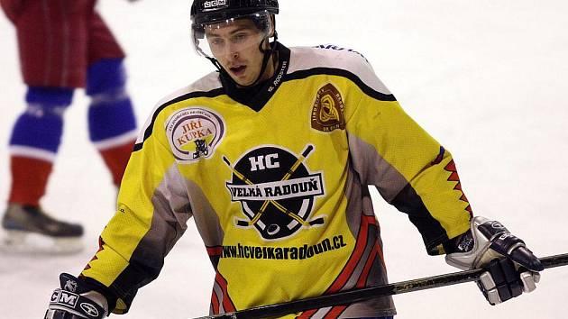Útočník Martin Kolář (na snímku) je společně s Petrem Navrátilem a Petrem Sedlačíkem součástí nejproduktivnější formace hokejistů Velké Radouně, kteří dvě kola před koncem základní části krajské ligy drží třetí příčku tabulky.