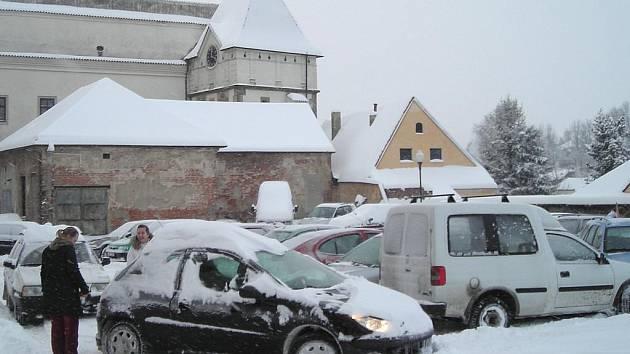 Parkoviště pod jezuitskou kolejí. Ilustrační snímek.