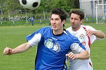 O ofenzivu Třeboně by se měl starat především útočník Pavel Svoboda (vlevo), který ovšem po operaci kolena a následné rekonvalescenci plnou zápasovou zátěž ještě zřejmě nesnese.