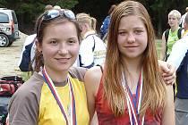 Jana Benešová (vpravo) získala na MS v orientačním biatlonu zlatou medaili v závodě juniorek a společně s Kristýnou Minářovou obsadily druhé místo ve štafetách.