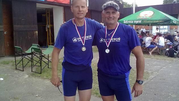 Senioři závodili na rybníku Svět na kilometrové trati. Na snímku jsou borci z domácí Jiskry Třeboň. Vlevo Luboš Baierling a Jan Bouda