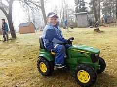 Okolí základní a mateřské školy v Lužnici mění společnými silami děti i dospělí.
