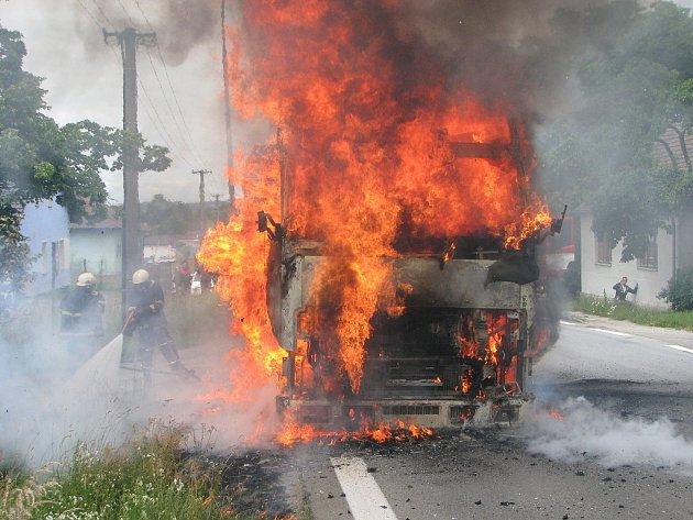 Hořící kamion ve Štěpánovicích.
