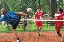 V krajském přeboru nohejbalistů bylo na programu derby Jindřichohradecka Cep - Hrdlořezy. Hosté potrápili domácího favorita a vedli již 2:O. Cepští nakonec zápas otočili a vyhráli 4:2.