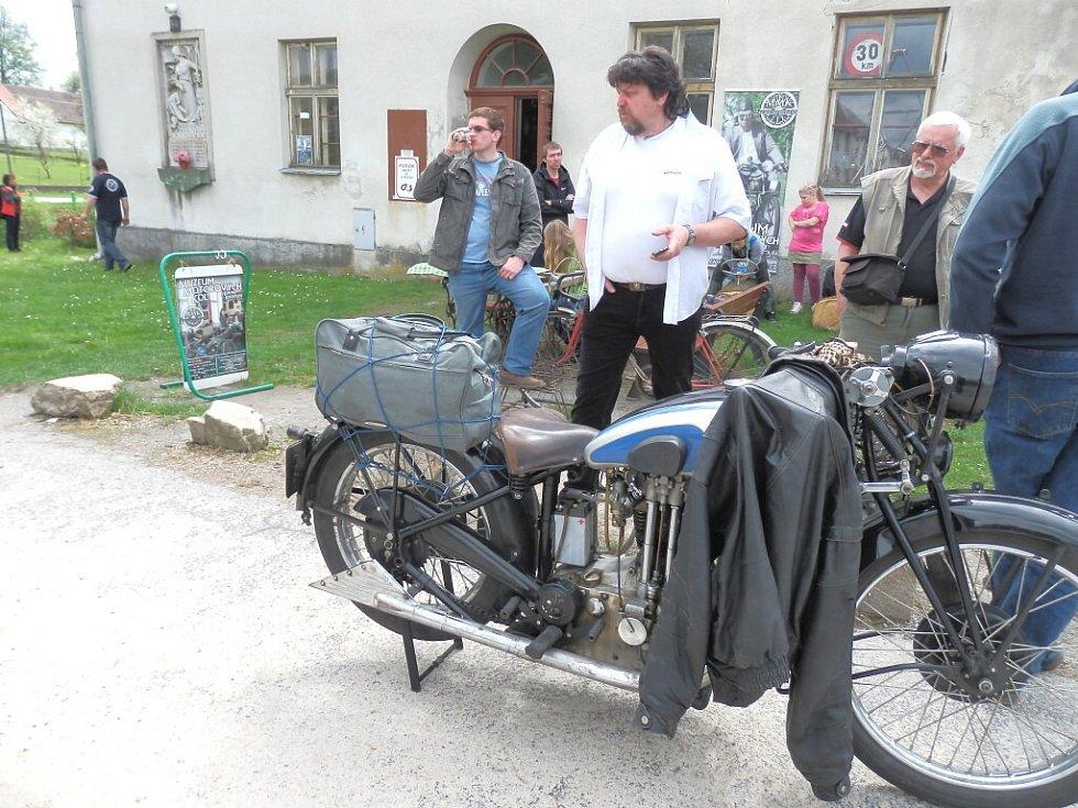 V Muzeu motorových kol v Horní Radouni byla slavnostně otevřená výstava fotografií Bugatti v Čechách.