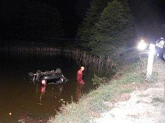 V Kostelním Vydří skončilo při nehodě auto v rybníku.