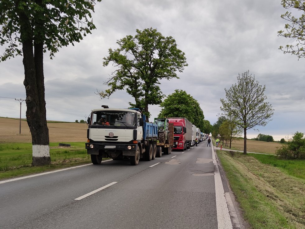 Střet tří aut 26. 5. 2021 mezi Jindřichovým Hradec a Děbolínem, kousek za odbočkou na letiště, si vyžádal jeden lidský život. Ve směru od Prahy stála kolona kamionů. jejichž řidiči čekali, až se silnice uvolní.