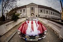 Auto skrček. MG Midget z roku 1971 nedávno posloužil při focení novomanželům Lucii a Michalovi Bustovým.
