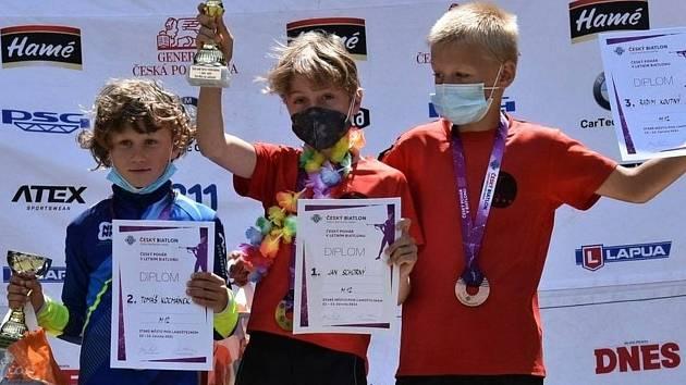 Ve sprintu žáků do 12 let zvítězil Jan Schorný ze Starého Města (uprostřed), jeho oddílový kolega Radim Koutný (vpravo) skončil třetí. Druhý byl Tomáš Kocmánek.