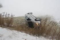 Pohled na auto, které ve čtvrtek spadlo do rybníka Kaňov u Třeboně.