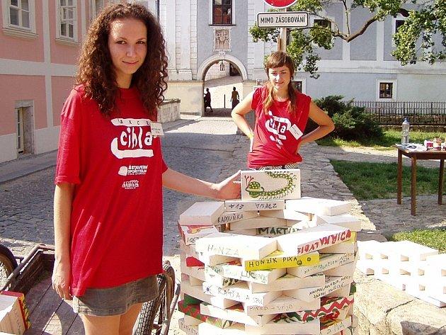 U cihlového stánku Eva Neužilová a Michala Coufalová (vlevo).
