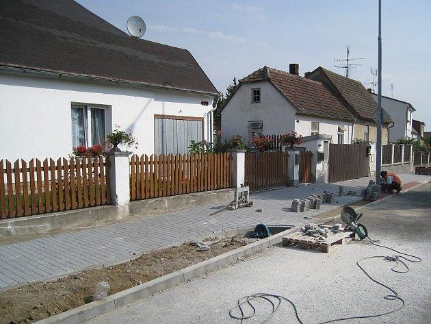 Dokončovací práce v Denisově ulici v Jindřichově Hradci.