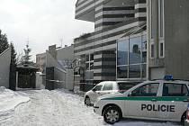 Pohled na místo činu - zadní trakt jindřichohradecké pobočky České spořitelny, odkud vyjela ochranka převážející 35 milionů.